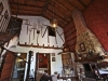 casa-felipe-mitelbrum-detalle-interior-de-casa-antigua-con-techos-altos-de-madera-y-chimenea-de-lena